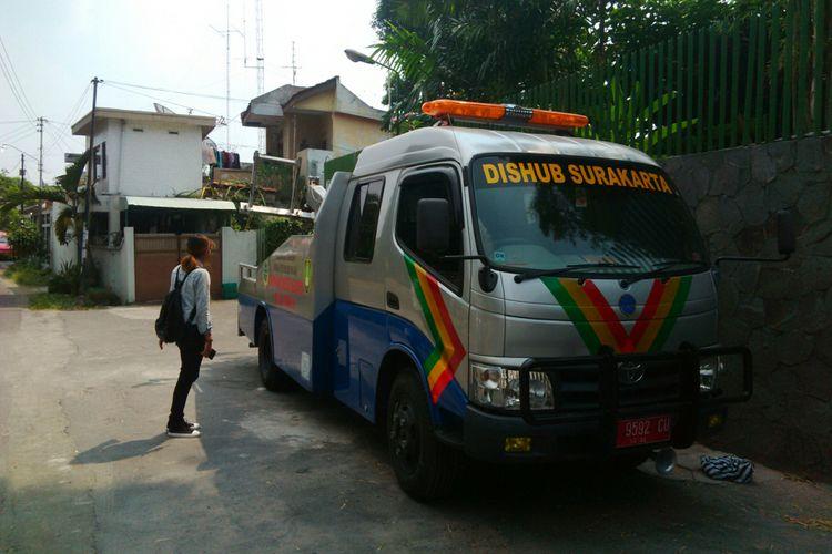 Mobil derek milik Dinas Perhubungan Kota Solo disiapkan selama arus mudik dan balik Lebaran di Solo, Jawa Tengah, Minggu (3/6/2018).