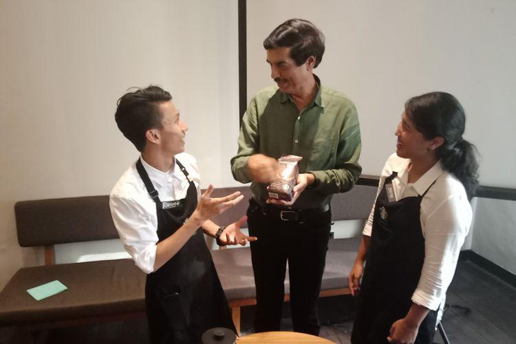 CEO PT MAP VP Sharma (tengah) bersama district coffee master Starbucks Rangga Hady Tama dan Ganesha IKG Sitanggang di Starbucks Jalan Pangeran Diponegoro, Medan, Kamis (7/6/2018).