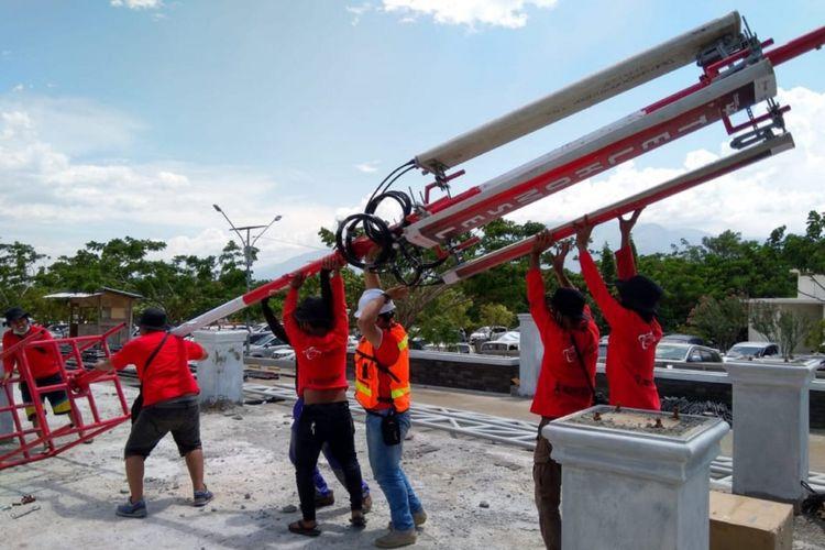 Petugas bergotong-royong memperbaiki sarana BTS di lokasi gempa bumi di Palu dan Donggala.