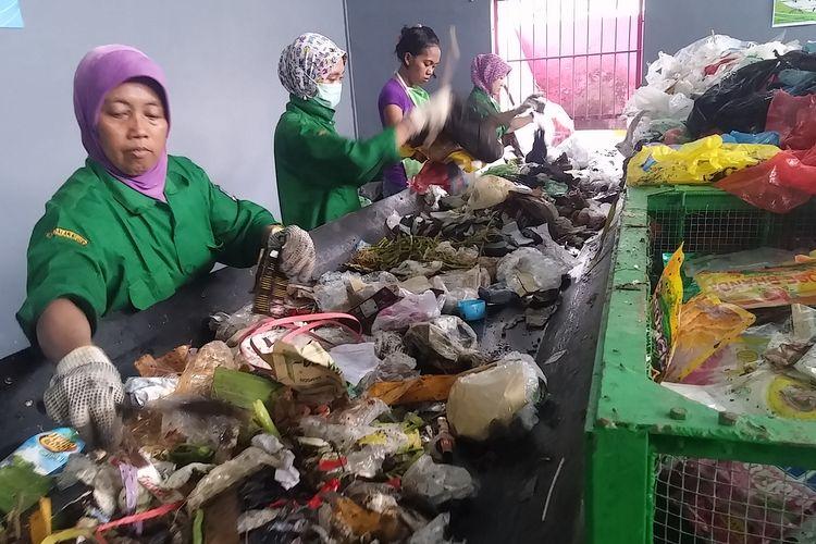 Pemilah sampah di Pusat Daur Ulang Sampah Kelurahan Jambangan
