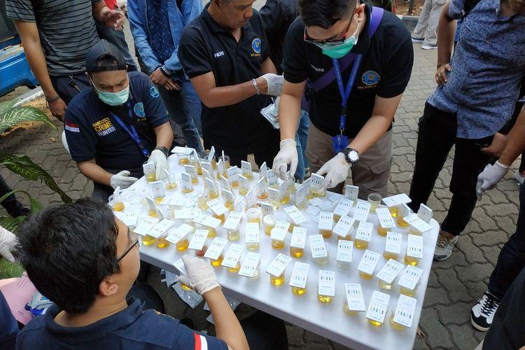 Petugas BNNK sedang melakukan tes urin terhadap mahasiswa dan dosen Universitas Nasional, Pasar Minggu, Jakarta Selatan pada Selasa (25/6)