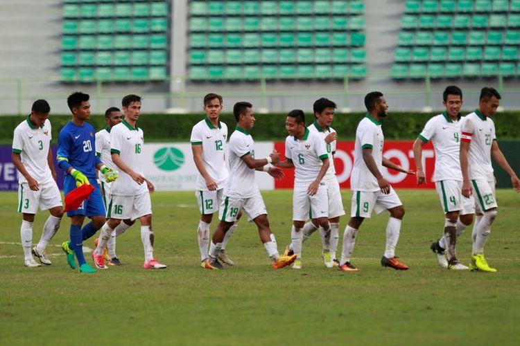 Ekspresi kegembiraan Osvaldo Haay (tengah) dan Evan Dimas seusai tim nasional U-22 Indonesia mengalahkan Mongolia pada 21 Juli 2017.