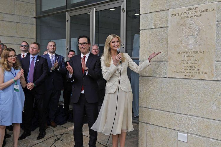 Menteri Keuangan AS Steve Mnuchin bertepuk tangan saat putri Presiden AS Ivanka Trump membuka plakat peresmian kantor kedubes AS di Jerusalem pada  14 Mei 2018.