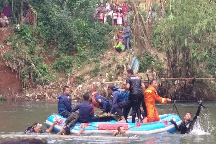 Petugas gabungan melakukan evakuasi korban tenggelam atas nama Brama Bakti Putra (10) di Sungai Ciliwung, Desa Bonong Baru, Bojonggede, Kabupaten Bogor, Senin (24/6/2019)