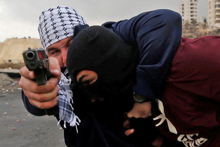 Anggota keamanan Israel yang menyamar menahan seorang pendemo Palestina saat terjadi bentrokan dalam aksi protes menentang keputusan Presiden Amerika Serikat Donald Trump yang mengakui Yerusalem sebagai ibu kota Israel, dekat permukiman Yahudi Beit El, dekat Kota Ramallah, Tepi Barat, Rabu (13/12/2017).