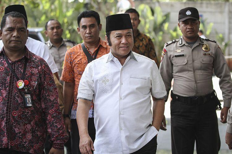 Bupati Lampung Selatan Zainudin Hasan (tengah) digiring petugas setibanya di Gedung KPK, Jakarta, Jumat (27/7/2018). Zainudin Hasan terjaring operasi tangkap tangan (OTT) KPK terkait dugaan suap proyek infrastruktur di Lampung Selatan.