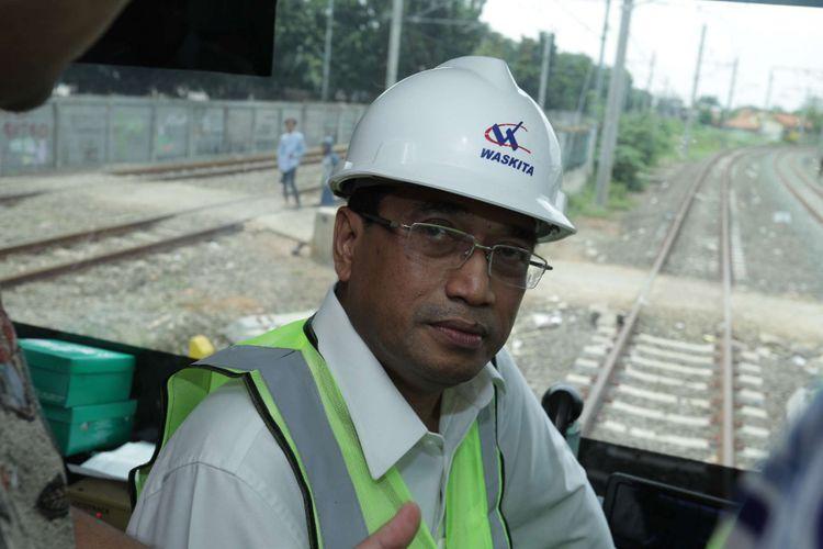 Menteri Perhubungan (Menhub) Budi Karya Sumadi saat meninjau pengoperasian kereta api (KA) Bandara Soekarno Hatta di dalam kereta menuju Stasiun Bandara Soekarno-Hatta, Tangerang, Kamis (23/11/2017). Menhub melakukan uji coba operasi KA Bandara Soekarno-Hatta dengan rute Stasiun Manggarai Stasiun Soekarno Hatta, rute ini diperkirakan akan mulai beroperasi pada awal bulan Desember 2017 mendatang. (KOMPAS.com / ANDREAS LUKAS ALTOBELI)