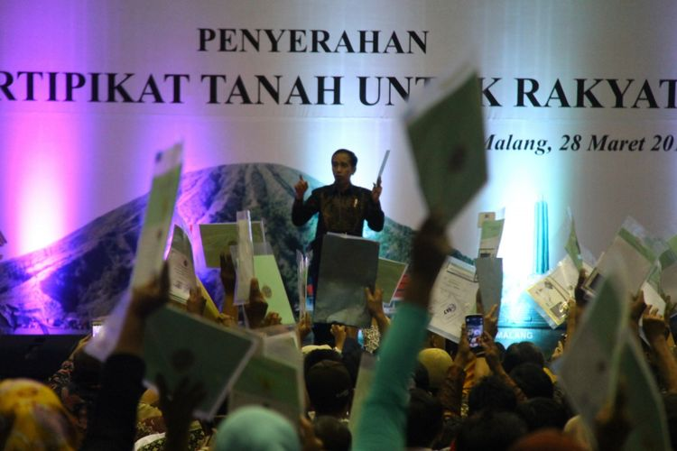Presiden Joko Widodo saat berpidato dalam penyerahan 5.153 sertifikat tanah di GOR Ken Arok, Kota Malang, Jawa Timur, Rabu (28/3/2018).