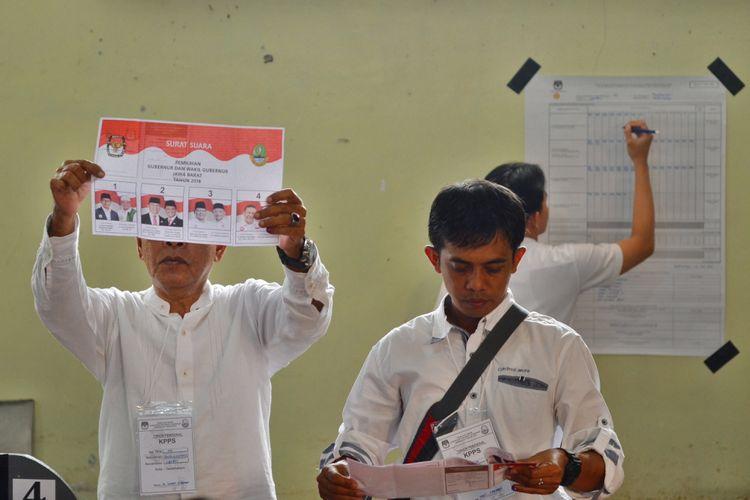 Petugas KPPS melakukan penghitungan perolehan suara Pilkada Gubernur dan Wakil Gubernur Jabar di TPS 02 Kelurahan Panglayungan, Kota Tasikmalaya, Jawa Barat, Rabu (27/6/2018). Hasil penghitungan suara, Anton Charliyan kalah di TPS pencoblosannya, dengan hasil perhitungan di TPS 02 Panglanyungan nomor pasangan nomor urut tiga mengungguli pasangan calon lainnya dengan perolehan suara sebanyak 139 suara dari jumlah 319 partisipasi pemilih, sedangkan Pasangan Tb Hasanudin-Anton Charliyan (Hasanah) memperoleh 96 suara.