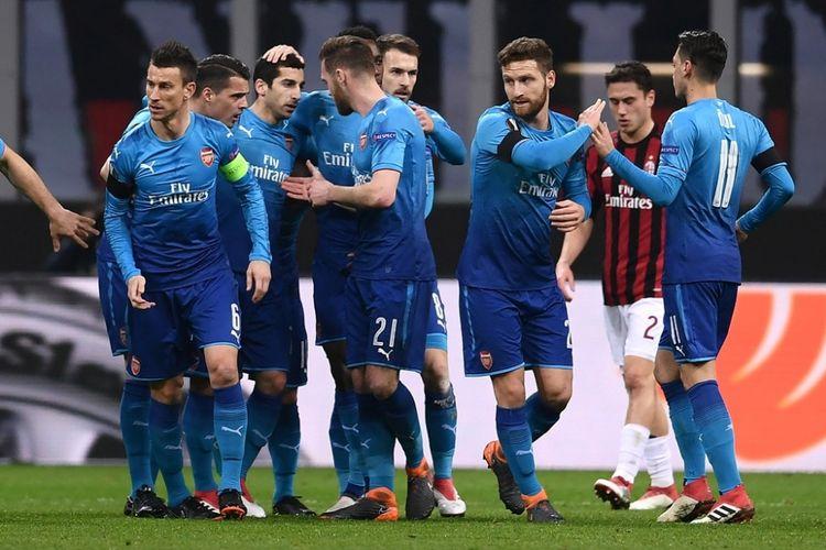 Gelandang Arsenal, Henrikh Mkhitaryan (ketiga dari kiri), merayakan gol yang dia cetak ke gawang AC Milan dalam laga leg pertama babak 16 besar Liga Europa di San Siro, Milan, Italia, 8 Maret 2018.