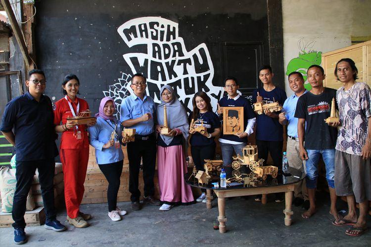 Komunitas Cerita Kertas Serang saat mengunjungi mitra binaan Indah Kiat Serang Cipta Handycraft Innovation Product (CHIP).