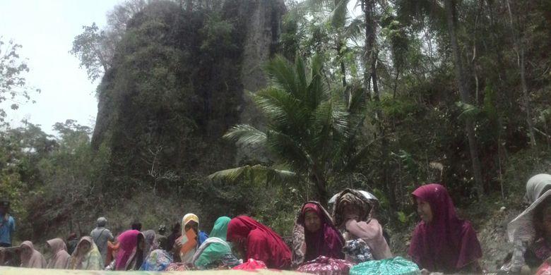 Tebing Kayangan di Bendung Kayanga, Desa Pendoworejo, Girimulyo, Kulon Progo, DI Yogyakarta, Rabu (7/11/2018). Tebing ini maskot dari desa dan rujukan spot foto bagi wisatawan.