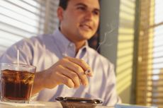 Peneliti Jepang Sebut Merokok Bisa Bikin Budek