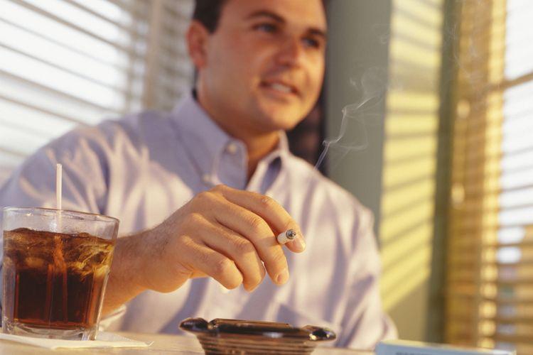 Ilustrasi merokok dan minum minuman beralkohol