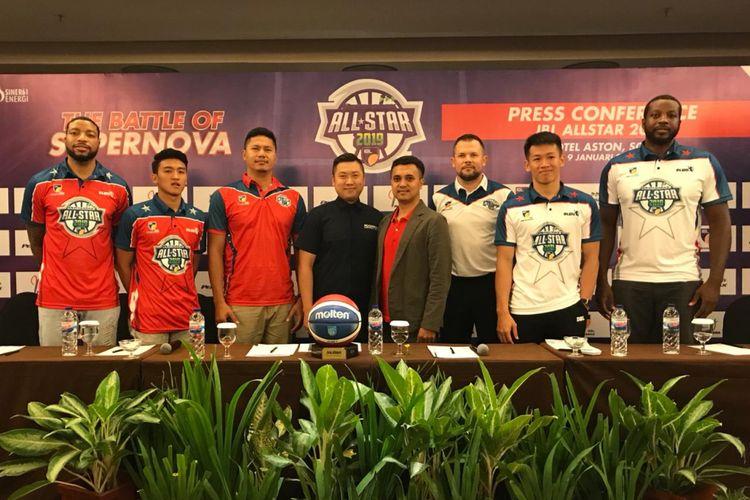Perwakilan pemain IBL Pertamax All Star dan Chief Marketing Officer IBL, Cahyadi Wanda saat konferensi pers di Solo, Rabu (9/1/2019)