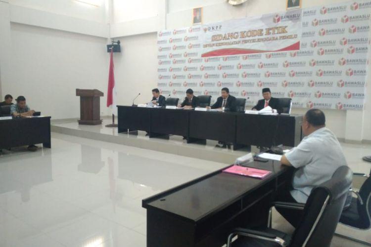 Sidang kode etik terhadap ketua KPU kota Palembang Eftiyani di kantor Badan Pengawas Pemilu (Bawaslu) Provinsi Sumatera Selatan, Senin (4/3/2019).
