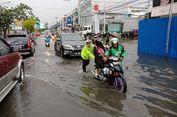 Banjir Genangi Ruas Jalan di Pekanbaru, Polisi Bantu Dorong Motor Warga