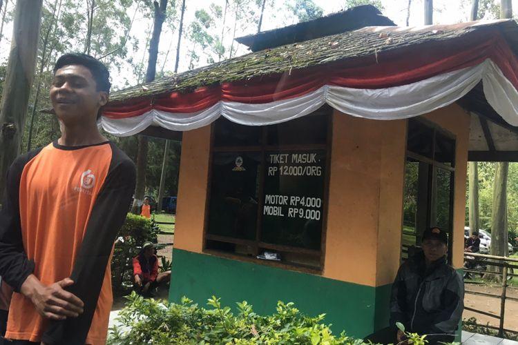 Gerbang masuk obyek wisata Situ Cisanti di Bandung, Jawa Barat, Senin (25/12/2017).
