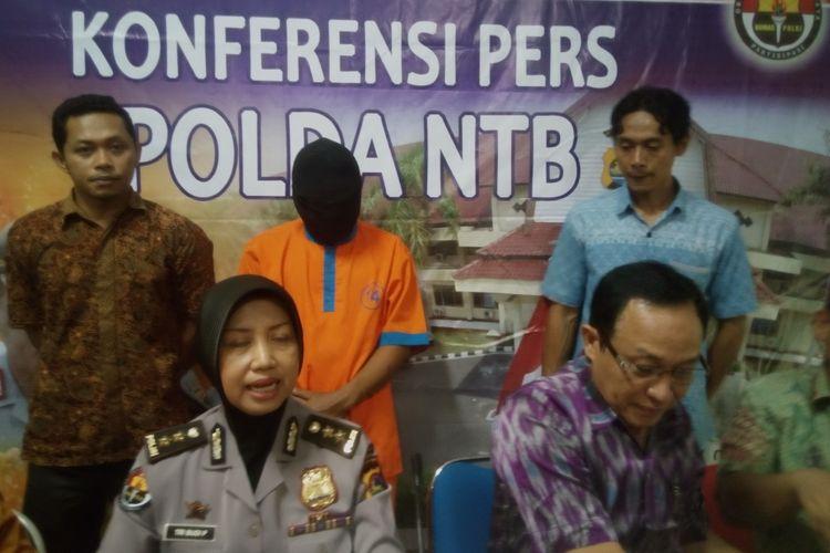 Mataram-Komoas.com- tersangka Li(25) {baju tahanan),pelaku pedofilia yang diduga mengelabui anak anak dibawah umur  yabg nyaris menjadi korban  kekerasan seksual.