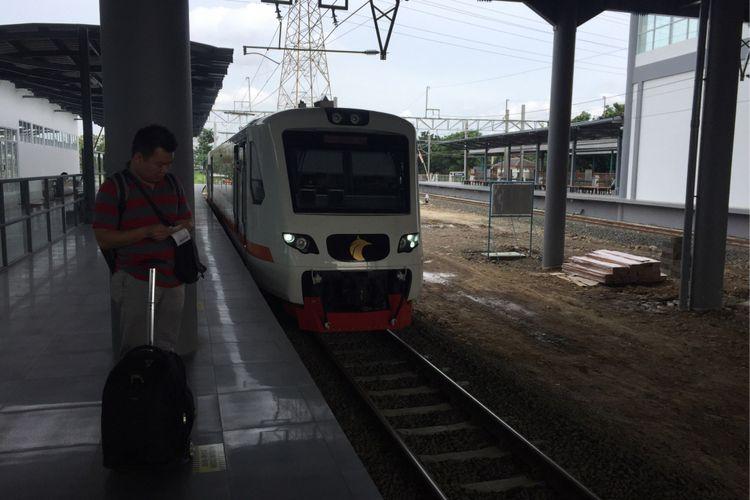 Penumpang menanti kedatangan kereta Bandara Soekarno-Hatta di Stasiun Batu Ceper, Kota Tangerang, Kamis (25/1/2018).