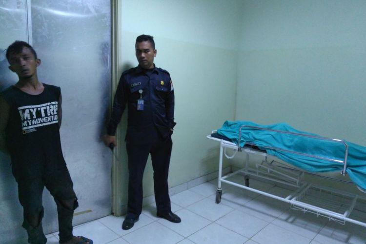 Korban Paidi saat di ruang kamar jenazah RS Bhari Palembang, Senin (16/4/2018).