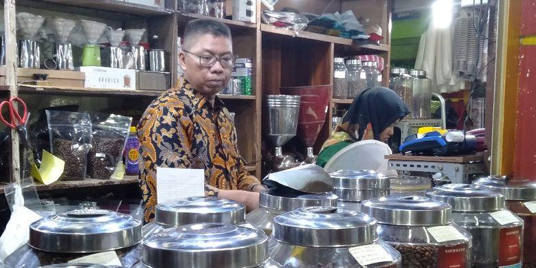 Pemilik kedai Dunia Kopi, Suradi Sedang Melayani Pelanggan, Jumat (3/5/2019)