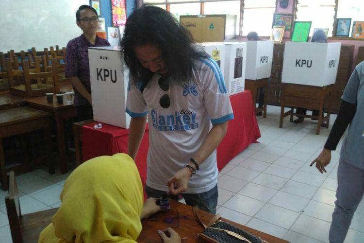 Gitaris Slank Abdee Negara memberikan hak suaranya di TPS 83 di kawasan Potlot, Duren Tiga, Jakarta Selatan, Rabu (17/4/2019).
