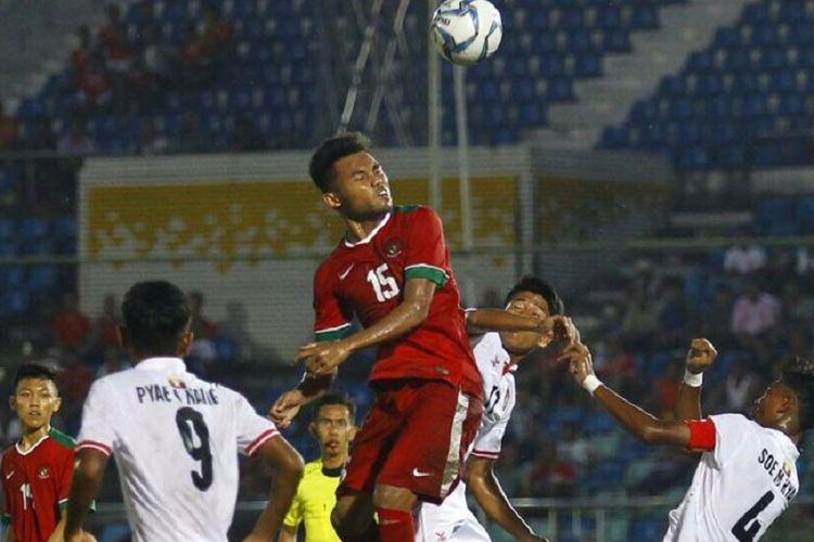 Penyerang timnas U-19 Indonesia, Saddil Ramdani, memenangi duel udara melawan pemain Myanmar pada pertandingan Piala AFF U-18 2017, Selasa (5/9/2017).
