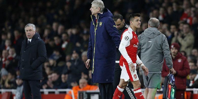 Manajer Arsenal, Arsene Wenger, menarik keluar Alexis Sanchez pada pertandingan babak kedua Liga Champions kontra Bayern Muenchen di Stadion Emirates, Selasa (7/3/2017).