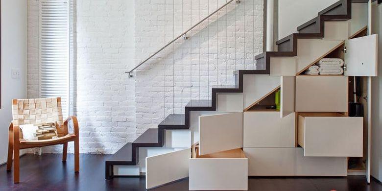 Memanfaatkan tangga sebagai ruang penyimpanan.