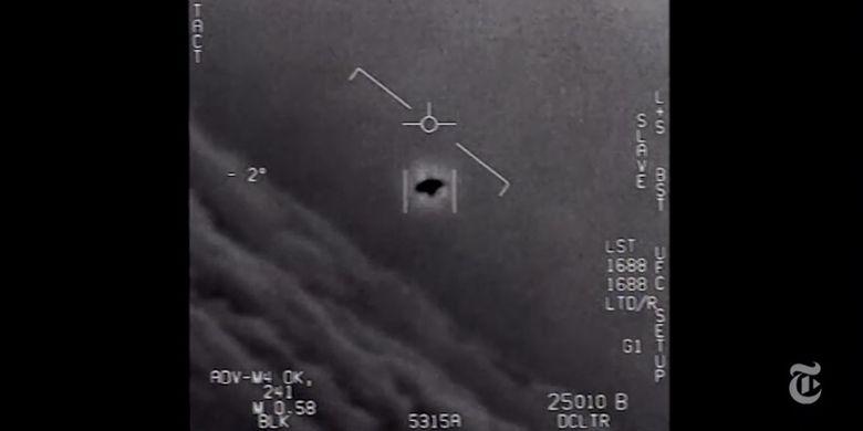 Potongan gambar menunjukkan penemuan oleh Super Hornet Angkatan Laut F/ A-18 dan objek yang tidak diketahui. Video ini dirilis oleh Program Identifikasi Ancaman Pesawat Canggih oleh Kementerian Pertahanan Amerika Serikat, Sabtu (16/12/2017). (The New York Times)