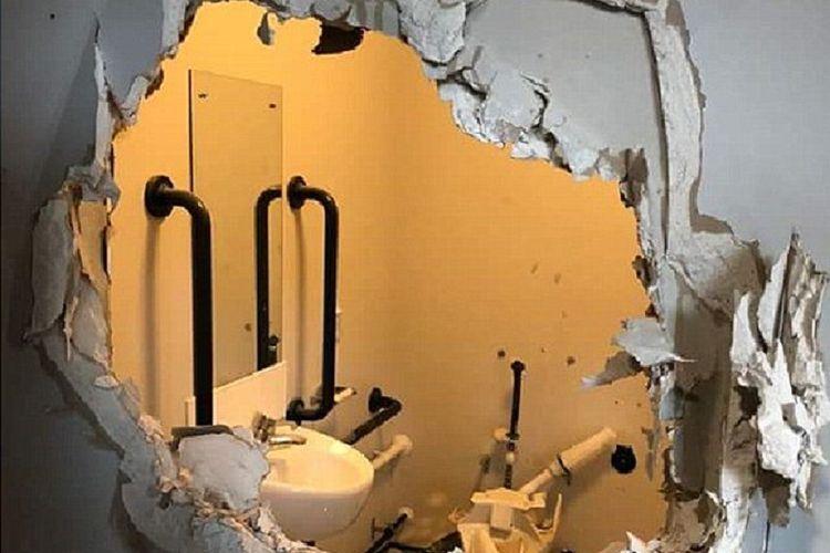 Diikat dalam Keadaan Telanjang, Tentara Mengamuk dan Hancurkan Toilet