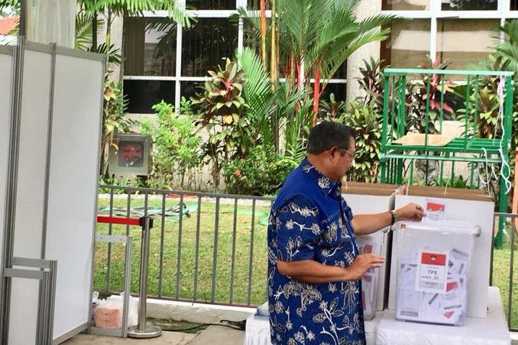 Presiden ke-5 Republik Indonesia Susilo Bambang Yudhoyono atau SBY memasukan surat suara yang telah dicoblos ke kotak suara. SBY menggunakan hak pilihnya di KBRI Singapura, Minggu sore (14/03)