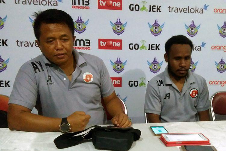 Pelatih Perseru Serui Agus Yuwono (kiri) dan Lukas Mandowen, usai pertandingan lawan Persegres Gresik United.