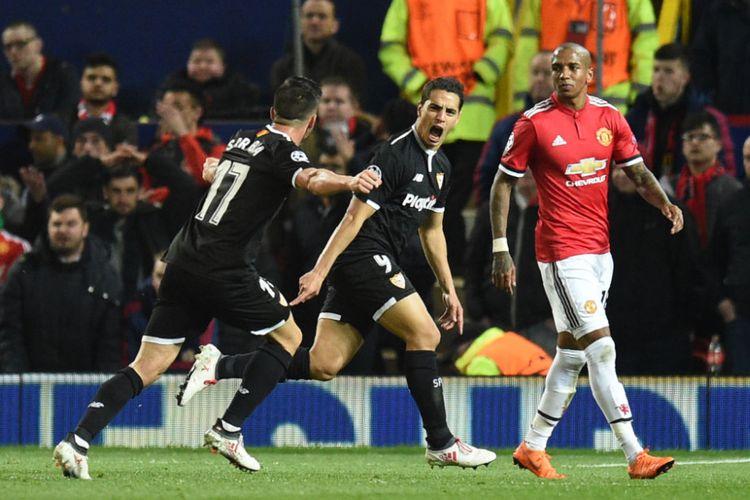 Wissam Ben Yedder dan Pablo Sarabia merayakan gol Sevilla ke gawang Manchester United pada pertandingan babak 16 besar Liga Champions di Stadion Old Trafford, Selasa (13/3/2018). (AFP/OLI SCARFF)