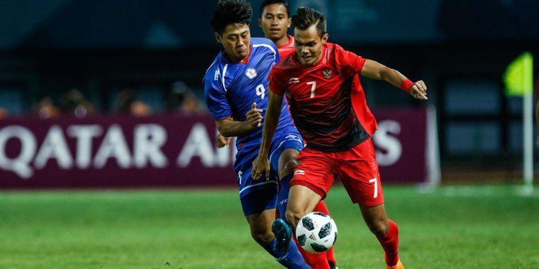 Pesepak bola Indonesia Rezaldi Hehanussa berebut bola dengan pesepak bola Chinese pada pertandingan Grup A Asian Games ke-18 di Stadion Patriot, Bekasi Minggu (12/8/2018). Timnas Indonesia menang dengan skor 4-0.