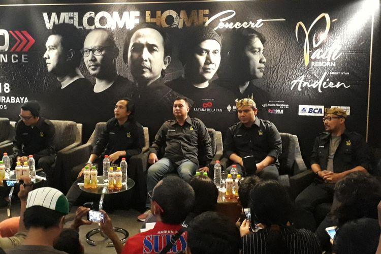 Konfrensi pers Grup Band Padi di Surabaya