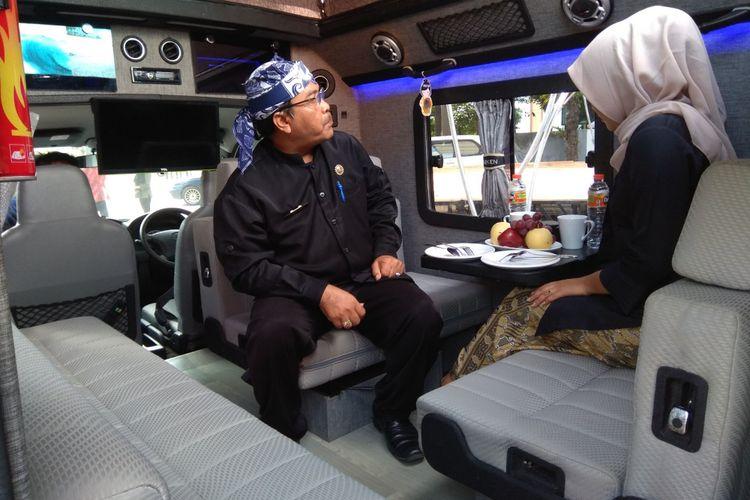 Bagian dalam mobil yang nyaman dilengkapi dengan televisi dan juga pendingin ruangan