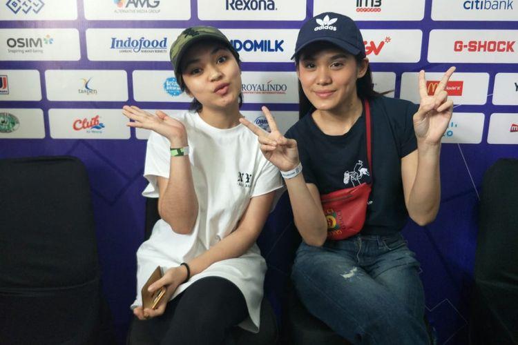 Regina Poetiray dan Sheryl Sheinafia saat ditemui usai menyaksikan pertandingan cabang olahraga sepeda Asian Para Games  di Jakarta Internasional Velodrome, Rawamangun, Jakarta Timur, Kamis (11/10/2018).