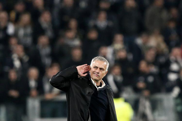 Manajer Manchester United, Jose Mourinho, berselebrasi dengan memegang telinga saat timnya mengalahkan Juventus pada laga Grup H Liga Champions di Stadion Allianz, Rabu (7/11/2018).
