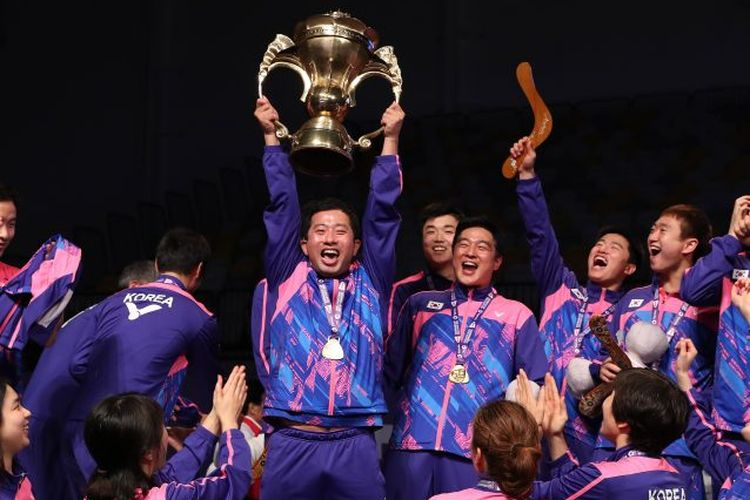 Para pemain Korea Selatan mengangkat trofi Sudirman Cup setelah menjadi juara turnamen tersebut pada 2017.
