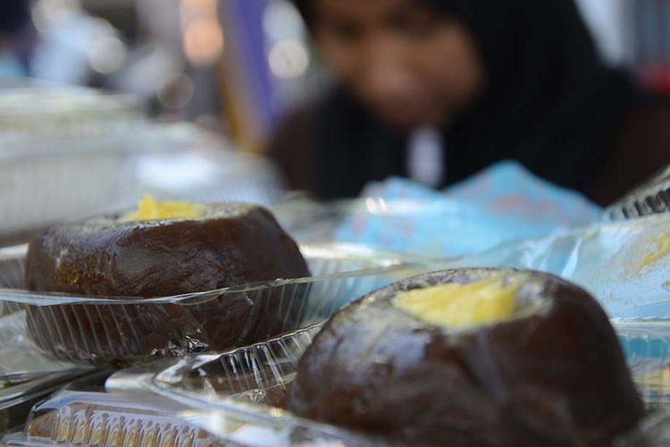Asida, kuliner khas Maluku Utara yang dijual di pusat jajanan buka puasa di Pantai Falajawa, Kota Ternate.
