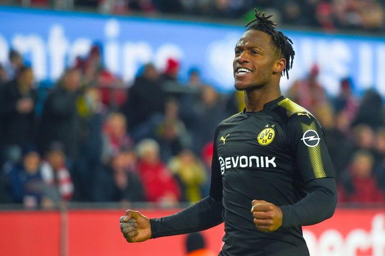 Selebrasi striker Borussia Dortmund, Michy Batshuayi, setelah berhasil membobol gawang FC Koln pada laga Liga Jerman 2017-2018 di Stadion RheinEnergie, Jumat (2/2/2018).