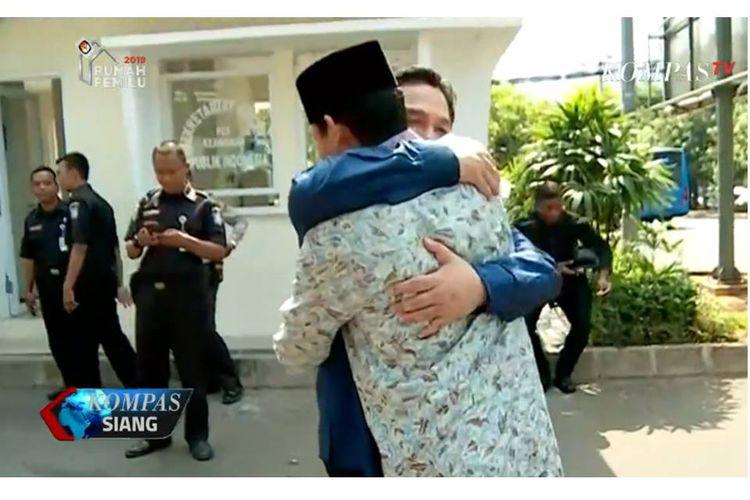 Ketua Tim Kampanye Nasional Jokowi-Maruf, Erick Thohir, berpelukan dengan bakal calon wakil presiden Sandiaga Uno saat bertemu di acara pernikahan putra Bambang Soesatyo, Sabtu (8/9/2018).