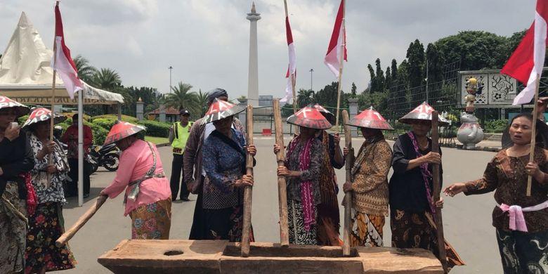 Sembilan petani perempuan asal kawasan Pegunungan Kendeng, Jawa Tengah, kembali menggelar aksi protes di depan Istana Merdeka, Jakarta Pusat, Senin (12/2/2018).