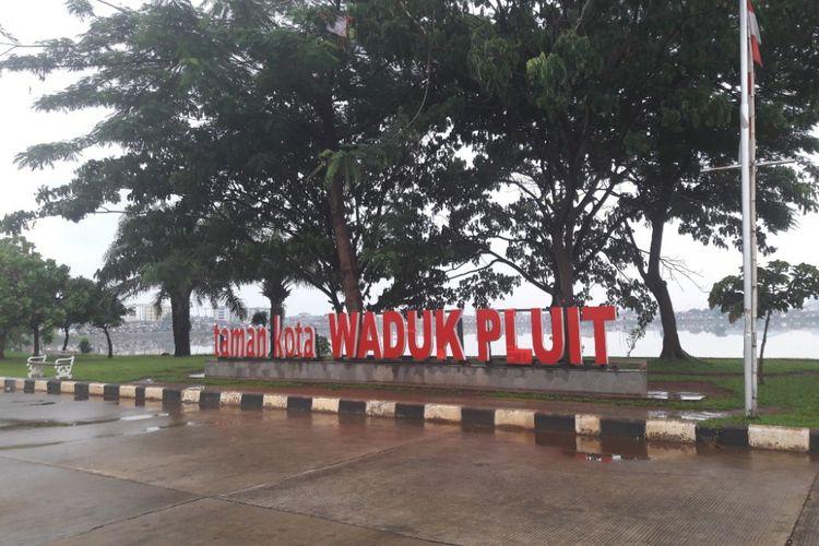 Suasana Taman Waduk Pluit pada Jumat (9/2/2018) yang terlihag sepi pengunjjng akibat hujan yang mengguyur sejak sore.