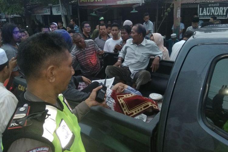 Seorang kakek ditemukan tewas di jalan paus pekanbaru, diduga korban tabrak lari