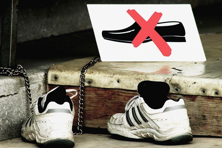 Ilustrasi melepas sepatu