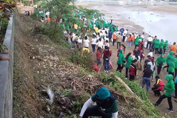 Ibu negara, Iriana Joko Widodo memimpin aksi bersih sampah di kawasan pantai Hatiwe Besar, Kecamatan Sirimau, Ambon, Rabu (20/2/2019)