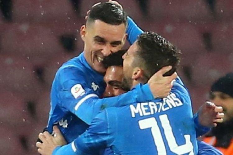 Arek Milik dan Dries Mertens merayakan gol Jose Callejon pada pertandingan Napoli vs Lazio dalam lanjutan Serie A Liga Italia di Stadion San Paolo, 20 Januari 2019.